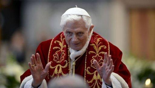 Benedicto XVI saluda tras una misa oficiada el sábado en la basílica de San Pedro del Vaticano.