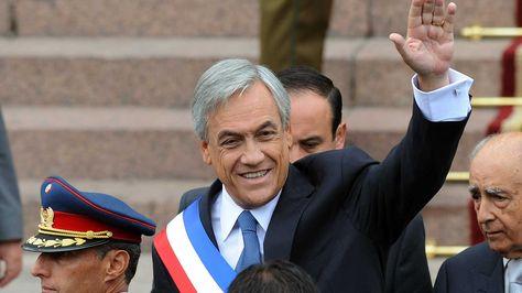 El presidente Sebastián Piñera saluda la gente antes de ingresar al Congreso.