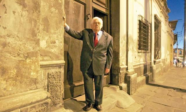 Raíces. Oswaldo Reynoso cuando visitó en 2009 su casa en el barrio de San Lázaro, en su natal Arequipa.