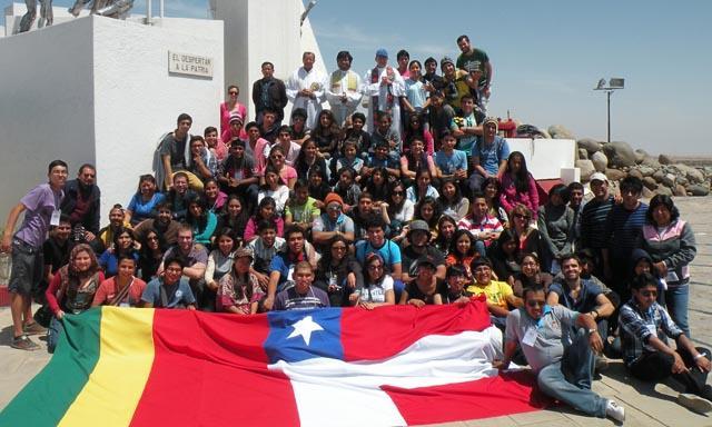 En Alto de la Alianza. Jóvenes de los tres países celebran la paz en un excampo de guerra.