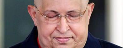 En esta fotografía del 11 de octubre de 2011, el presidente de Venezuela Hugo Chávez, en el palacio presidencial de Miraflores, apunta a su cabeza para mostrar que su cabello ha comenzado a crecer nuevamente luego de su última ronda de quimioterapia. (Foto AP/Ariana Cubillos/Archivo)