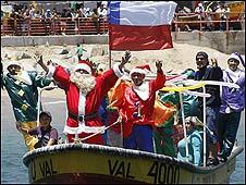 Santa Claus llega al puerto de Valparaíso.