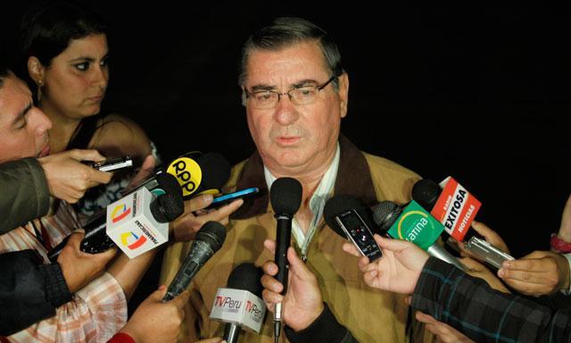 Probando. Óscar Valdés improvisó anoche una breve conferencia de prensa en Palacio.