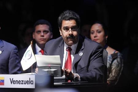 El vicepresidente de Venezuela, Nicolás Maduro, lee una carta enviada por el mandatario Hugo Chávez durante la cumbre de líderes de la Comunidad de Estados Latinoamericanos y Caribeños (CELAC) en Santiago, ene 28 2013